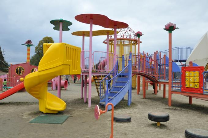 福山動物園に隣接する富谷ドームランドは大型遊具が充実しています